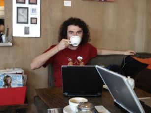 Yaro Starak, blogger, drinking #tea and blogging whilst on holiday at Byron Bay south of Brisbane.