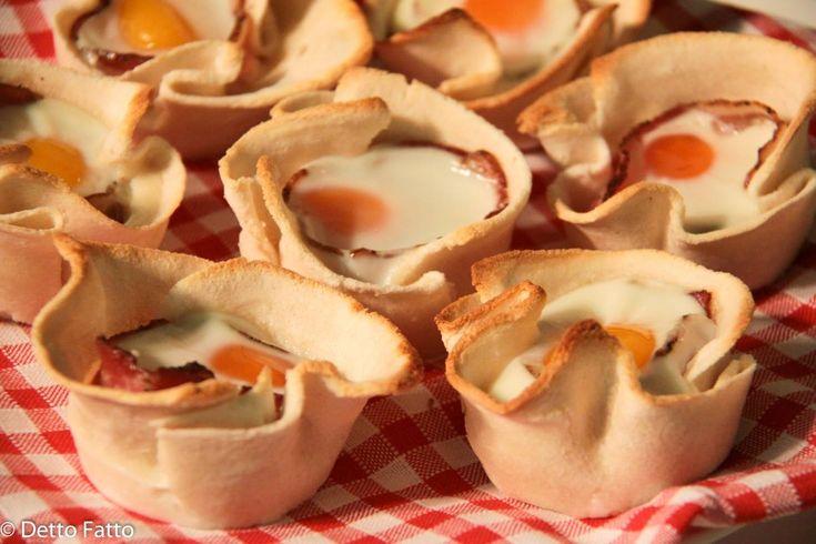 Se volete preparare un brunch, con questi cestini di pane con uova e pancetta il successo è assicurato!