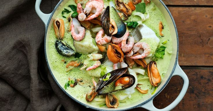 Bjud på det bästa från havet i en elegant gryta med klassiska smaker av vitt vin och syrad grädde.
