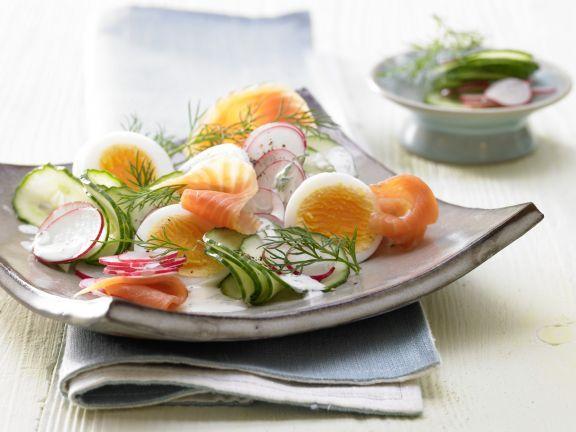 Der Lachs-Gurken-Salat hat es in sich! Für die tägliche Portion Eiweiß ein ideales Abendessen.