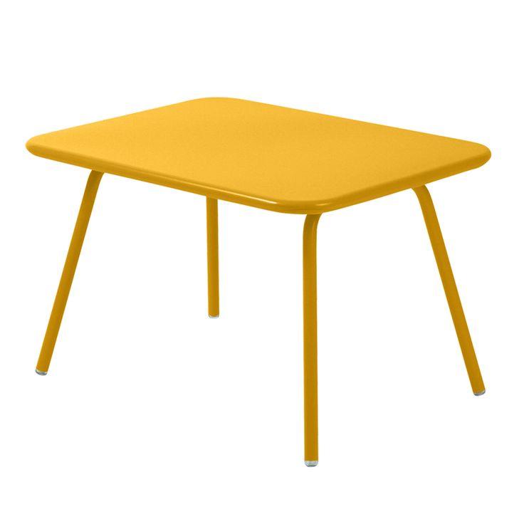 Luxembourg Kid Table är ett nätt, hopfällbart litet bord från Fermob för de minsta. Bordet är avsett för barn mellan 3 och 6 år.Frédéric Sofia står bakom formgivningen och materialet är pulverlackerad aluminium. Välj bland ett flertal olika färger och matcha gärna med Luxembourg Kid Stacking Chairoch Luxembourg Kid Bench.
