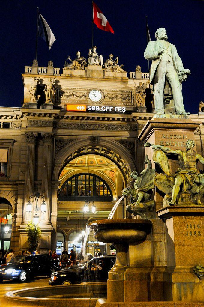 Zürich - Main railway station and statue of Alfred Escher / Hauptbahnhof und Alfred Escher Denkmal / Gare principale et statue d'Alfred Escher.