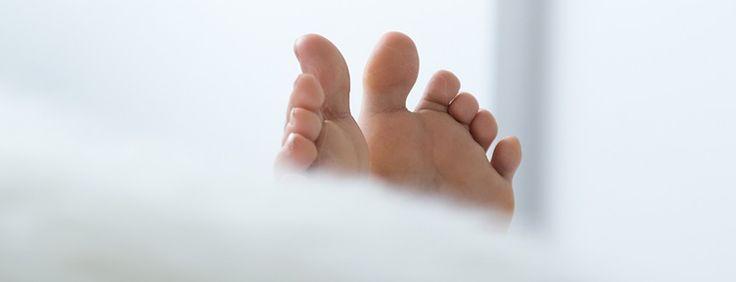 La neuropatía diabética, un trastorno nervioso causado por la diabetes, se caracteriza por una pérdida o disminución de la sensibilidad, dolor y/o debilidad en los pies, y en algunos casos las manos. Los síntomas de la neuropatía diabética varían. Entumecimiento y hormigueo en los pies son a menudo la primera señal. Algunas personas no consiguen …