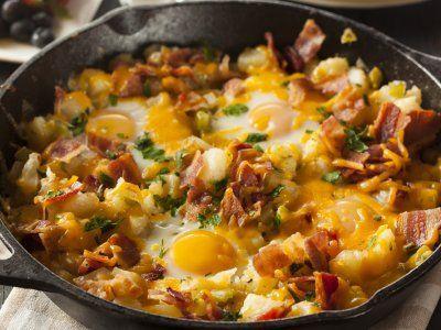 Huevos Estrellados con Papa Hashbrown y Tocino | Esta receta es buenísima para un desayuno en un día de prisas, todo se hace en un mismo sartén y se mete al horno para tener unos ricos huevos estrellados con tocino y papa, ¡seguro te encantará!