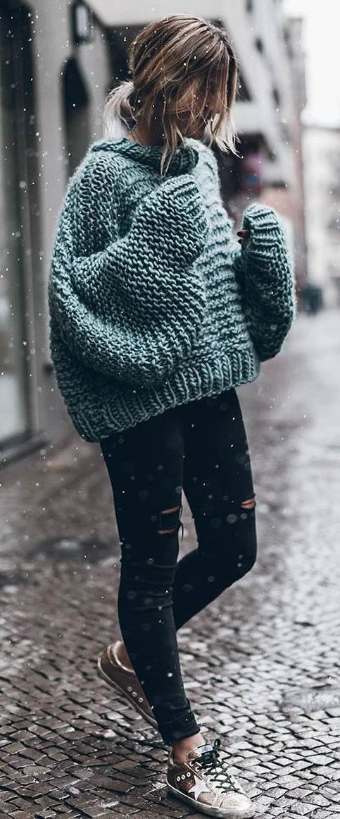 cozy outfit / knit sweater + black rips + sneakers