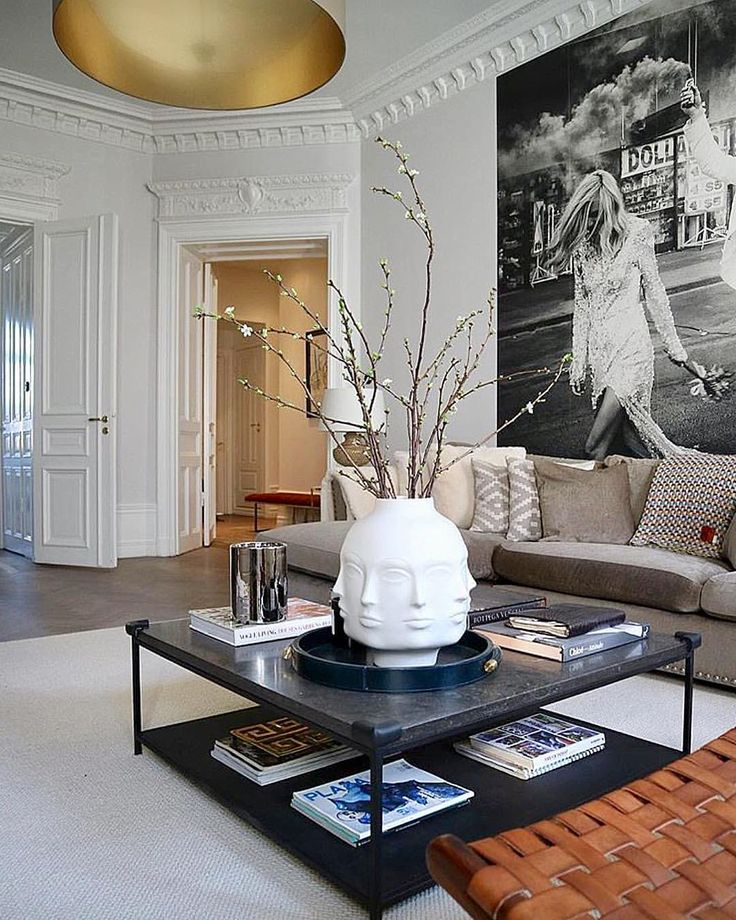 Casual chic @stylebylojs . . . . #art #apartment #architecture #black #bedroom #chic #design #details #designer #dining #flowers #furniture…