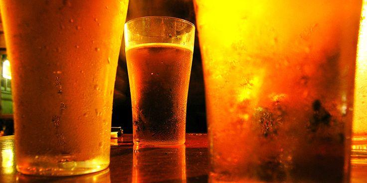Μέχρι και πριν από έναν αιώνα η μπίρα σερβιριζόταν σε ποτήρια από κέρατο, γυαλί ή πηλό.