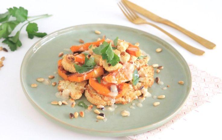 Geroosterde bloemkool en pompoen salade met pijnboompitjes, groene kruiden en tahin – SKINNY SIX
