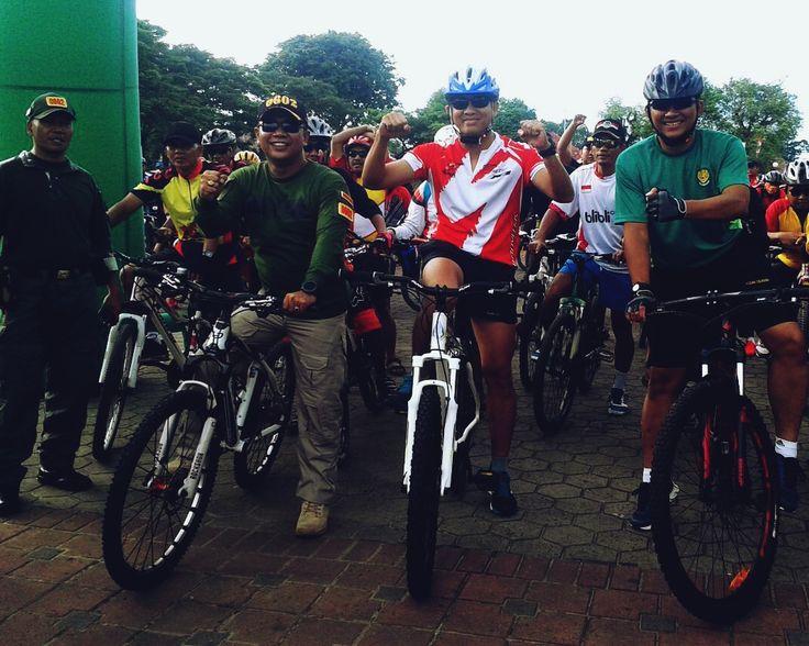 Dandim 0601/Pandeglang Letkol Inf Ganiahardi mengikuti Kegiatan Funbike Sepeda Santai  Hari Juang Kartika ke-71 ini dimulai dari Alun-alun Barat Kota Serang dan finish di Taman Wulandira, Kramatwatu, Kabupaten Serang, Minggu (18/12).