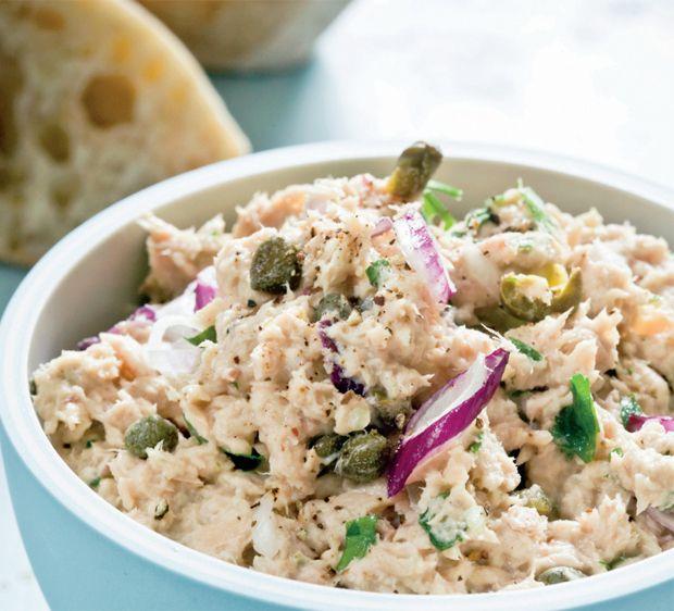 Tunsalat er et klassisk frokost-hit, som vi aldrig bliver trætte af. Brug den også i madpakken mellem to stykker rugbrød. Her får du opskriften på cremet tunsalat!