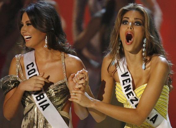 Excelente programinha para domingo a noite é assistir ao Miss Universo. Diferente do Miss Brasil, o Miss Universo é muito mais elegante e profissional (cof). Não assisti ao programa desde o início, então a parte tragicômica do desfile típico eu pulo. Quando eu cheguei já estava no Top 15 e a brasileira, coitada, não consegui …