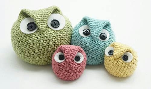 I looooooves Owls...I loves knitted owls with googly eyes more.