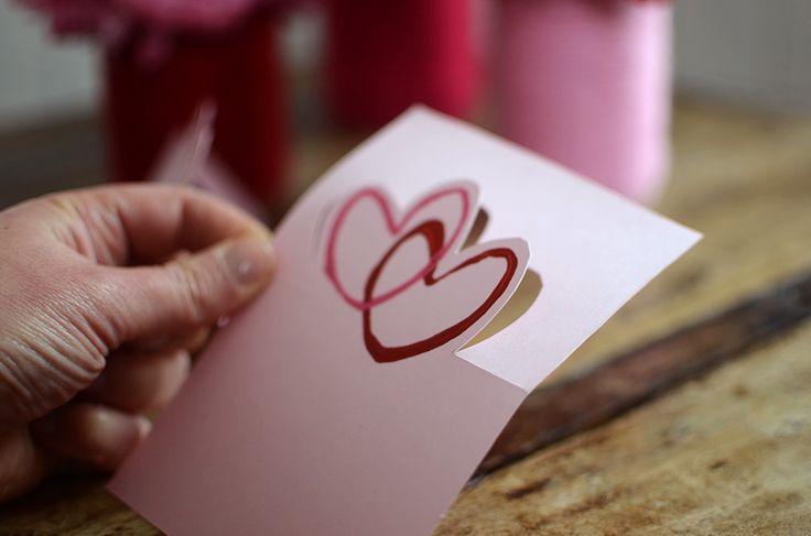 Kan verkligenhjärtformade stämplar av toarullar bli snyggt???Ja! Ibland är det enklaste det bästa och denna hjärtformade stämpel kan användas till vad som helst. Här tipsar jag om kort med stansade/utskurna hjärtan som kan bli till bordsplacering. Hjärtformade stämplar av toarullar Gör så här: Knip till en toarulle för att skapa hjärtats botten och tryck in i överkant. Se till att de övre bågarna är runda och mjuka för bästa resultat. Fäst en tejpbit runt för att behålla hjärtats form....