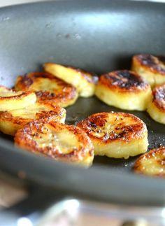 Rondelles de bananes frites au miel et à la cannelle.