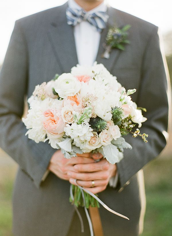 beautiful white + peach bouquet   Taylor Lord #wedding
