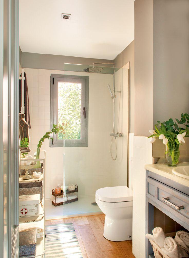 Baño con ducha y mampara, bajolavabo gris patinado y estantería estrecha metálica 00401119