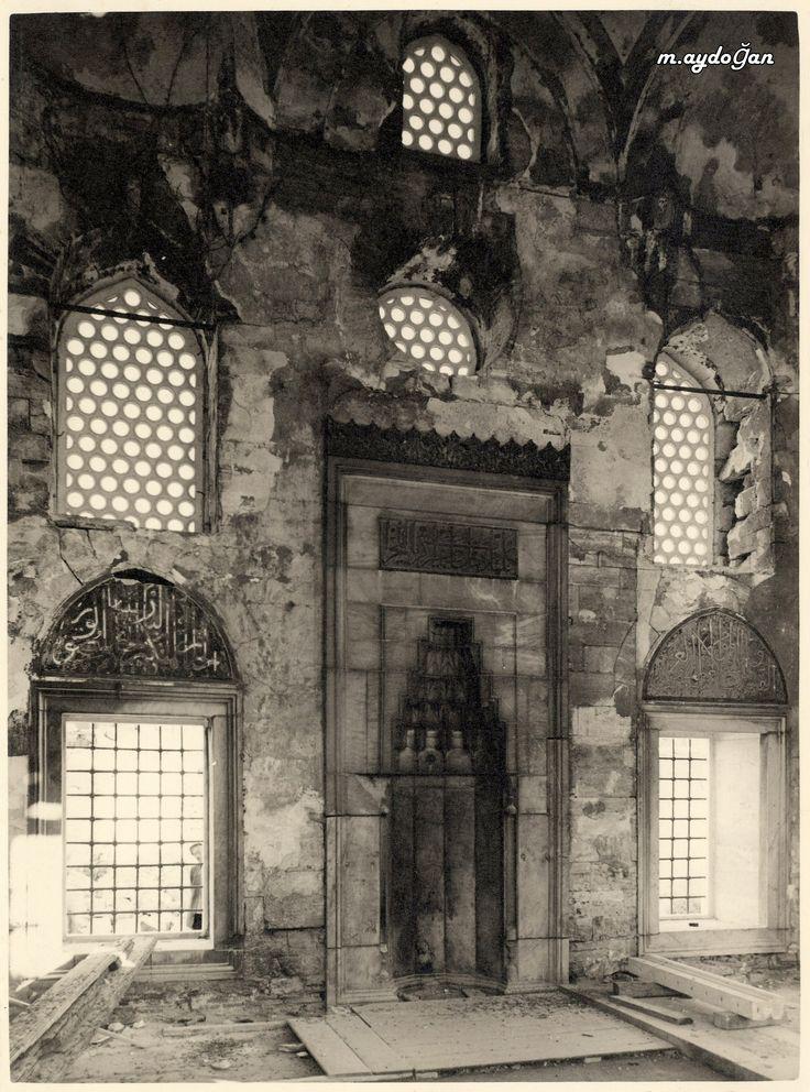 Üsküdar'da yer alan ve cami, medrese, türbe ve hazireden oluşan Şemsi Paşa Külliyesi, 1580'de Mimar Sinan tarafından klasik devir üslubuna göre inşa edildi. Kuşkonmaz Camii olarak da bilinen yapı, Mimar Sinan'ın yaptığı en küçük külliyedir. 1940-1943 yıllarında Vakıflar Müdürlüğü tarafından onarılan yapının bünyesindeki medrese, 1953'ten bu yana halk kütüphanesi olarak hizmet vermektedir.