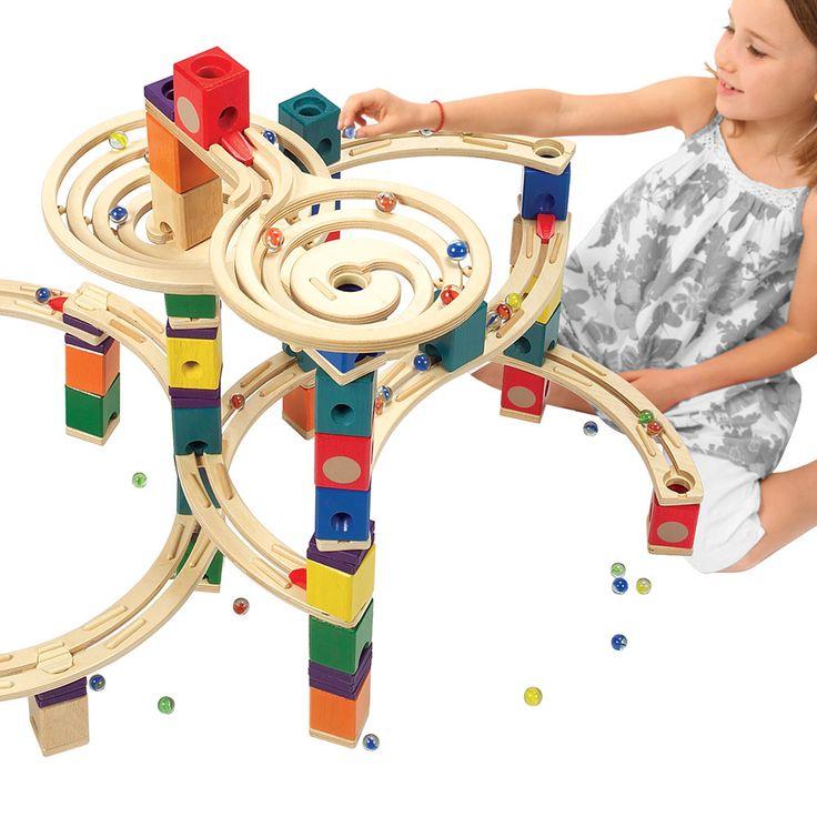 198-delige houten Hape Quadrilla knikkerbaan met twee draaiende trechters. De knikkerbaan kan op verschillende manieren worden opgebouwd. Met de gekleurde blokjes zorg je voor gave tunnels en speciale effecten. Bouw je ultieme knikkerbaan en laat 2 knikkers ...