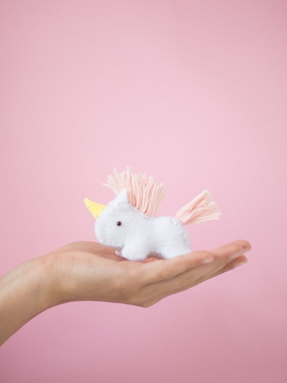 DIY-Anleitung für ein flauschiges Einhorn, Nähanleitungen / cute sewing tutorial: how to sew a magical unicorn via DaWanda.com