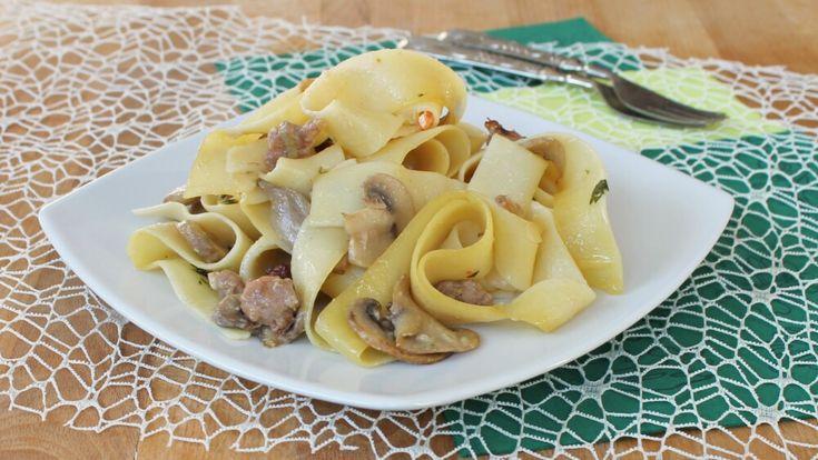 PASTA+FUNGHI+E+SALSICCIA+FRESCA+ricetta+pappardelle+ai+funghi