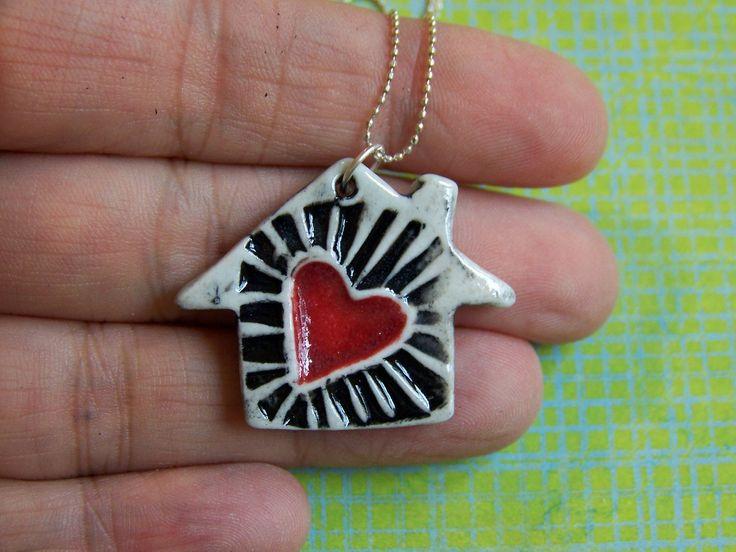 Ce merveilleux petit morceau a été faits à la main par moi dans mon studio heureux ici à Atlanta, en Géorgie. Cest une douce petite maison de porcelaine décorée avec un de mes propres timbres sculptés à la main. Elle a été émaillée en un lavis de noir qui a été partiellement effacé pour une dramatique « burst » encerclant le petit cœur, qui a été émaillée en un profond, riche, rouge. Le pendentif a été ensuite glacé dans un transparent brillant et se bloque dun fermoir saute anneau dune…