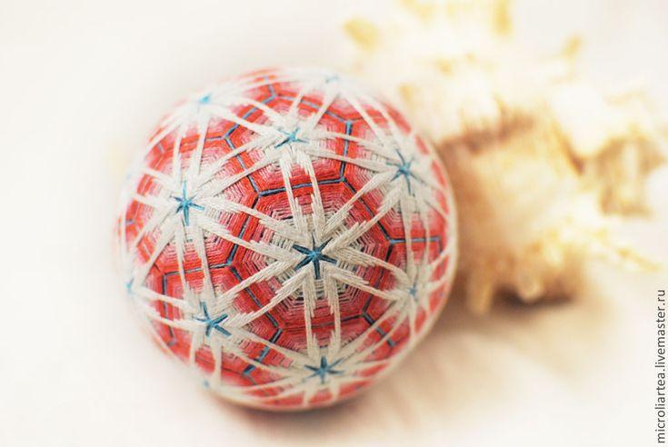 Купить или заказать Шар темари 'Коралловый риф' в интернет-магазине на Ярмарке Мастеров. Размер шара около 8,5 см в диаметре. Шар основа голубого цвета. Вышивка - градиент от белого до кораллового. Узор образует многоугольники - словно сетчатая структура. В серединах многоугольников вышиты звезды. Украсит любой интерьер. Отлично будет смотреться на новогодней елке. По желанию, можно сделать веревочку и кисточку, чтобы шар можно было повесить.…