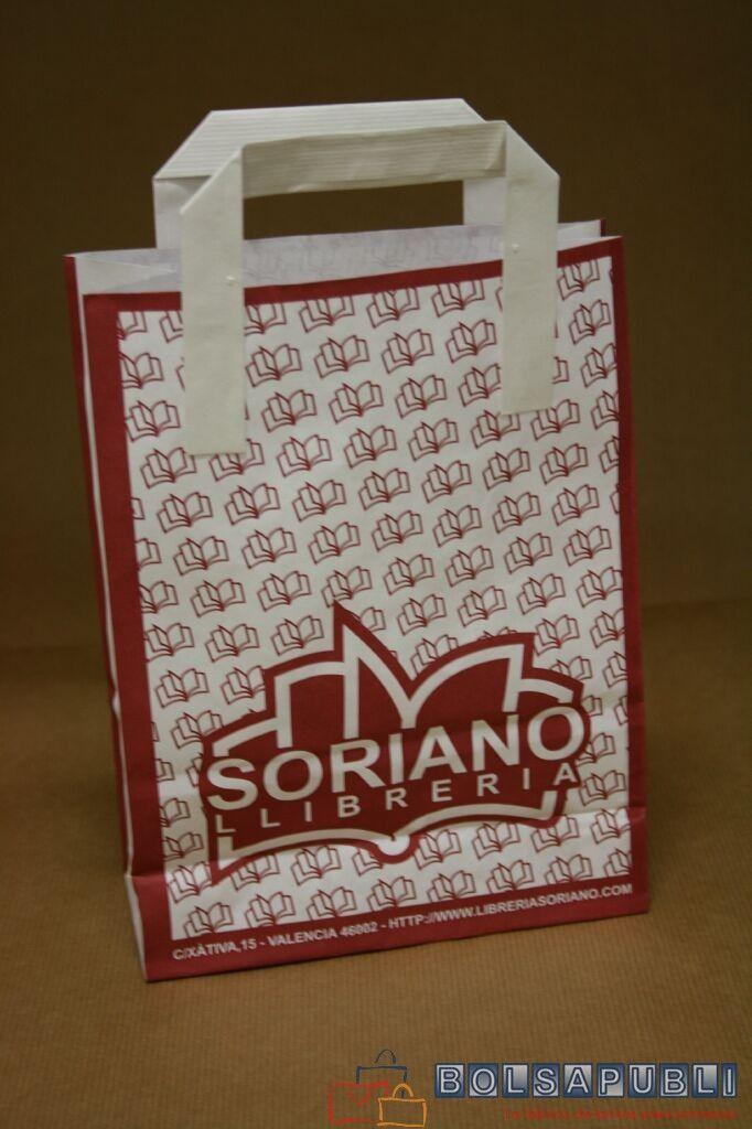 Bolsas de papel con logotipo y asas de papel pegadas en el exterior.