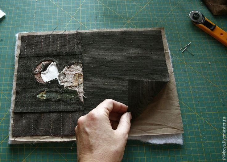 Вам понадобятся m и материалы: ножницы; иглы для аппликаций; нитки желательно 100% хлопок; бумага для заморозки; японский фактурный хлопок; клей для текстиля; микропуговки; краски для текстиля; ткань для пэчворка, США, светлых оттенков с размытостями; иглы для квилтинга; рамка для саквояжика из двух деталей размер 4*10 см; японская молния 23 см.