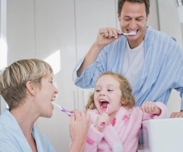 Cuando Comenzar A Cepillar Los Dientes En Los Bebés Brushing Teeth Sensitive Teeth Sensitive Teeth Remedy