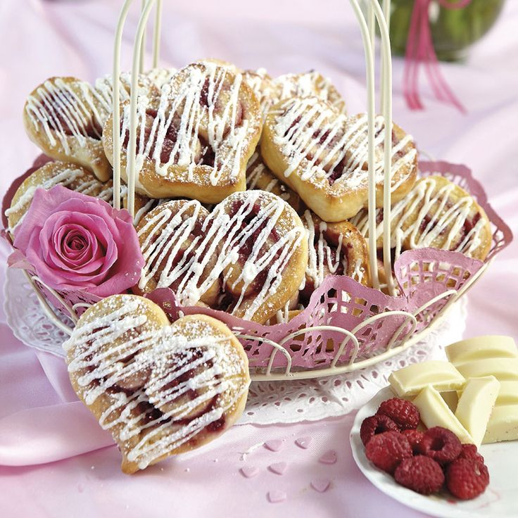 Raspberry buns with white chocolate. Perfect for valentine´s day