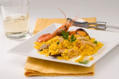 Paella, un plato perfecto para una ocasión especial. Haz clic para ver la receta. http://serpadres.com/cocina/cocina-recetas/paella-del-meson/#
