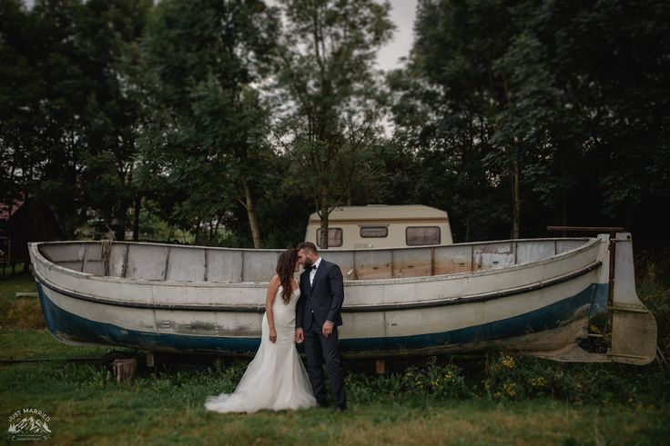 #bride #groom #weddingsession #floral #sesjaslubna #zdjeciaslubne #chasinglight #bridal #slub #pannamloda #boat