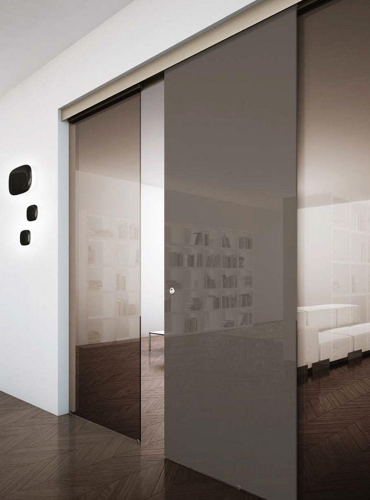Porte scorrevoli esterno muro Disponibili con attacco a parete o a soffitto, possono essere conformate a seconda delle esigenze progettuali: singole, doppie, complanari, sovrapposte, a trascinamento.   Integrabili fra loro anche in composizioni miste, le porte scorrevoli esterno muro possono essere affiancate a pannelli di chiusura fissi.   Henryglass è Porte scorrevoli in vetro