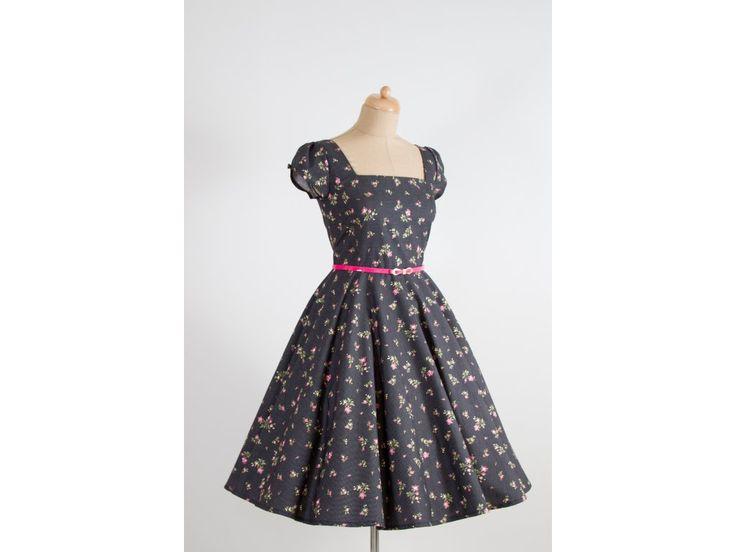 LORETTA retro šaty černé s kytičkami. šaty mají hranatý výstřih a plně kolovou sukni řasené rukávky zdobené knoflíčkem v barvě šatů materiál 100% bavlna délka sukně 60 cm skladem velikost 40