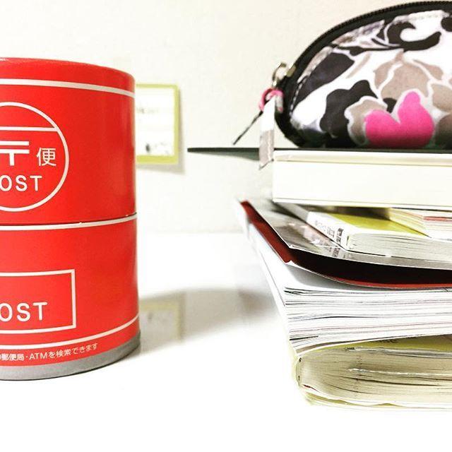 2016/10/30 01:00:16 sumaru0510 . 机にいつも置いてるのをどんと。頂上は、短大時代からのペンケースを。 手帳やら雑誌やら家計簿やら本やらカッティングマット… 小銭はこちらの貯金箱へ。愛らしい形です。 . その奥には、とりあえずの目標を目に見える場所へ! . #ほぼ日手帳#雑誌#家計簿#ミニマリスト#フランフラン#francfranc#筆箱#貯金箱#奥には#スヌーピー#snoopy#目標は#健康#中身は老けてます#どうぞよろしく  #健康
