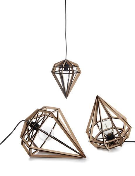O lampa geometrica in forma de diamant. Lampa se poate folosi la fel de bine suspendata cat si asezata pe pardoseala sau pe noptiera. Transforma intreaga incapere prin umbrele geometrice pe care le lasa, datorita fetelor precis taiate din mdf subtire.