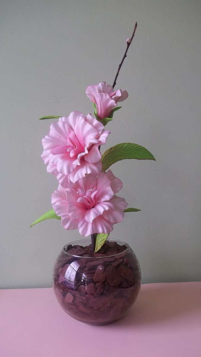 Arranjo de flores artificiais em vaso de vidro com flores em eva na cor rosa bebê. Consulte tamanhos de vasos, flores e cores disponíveis.