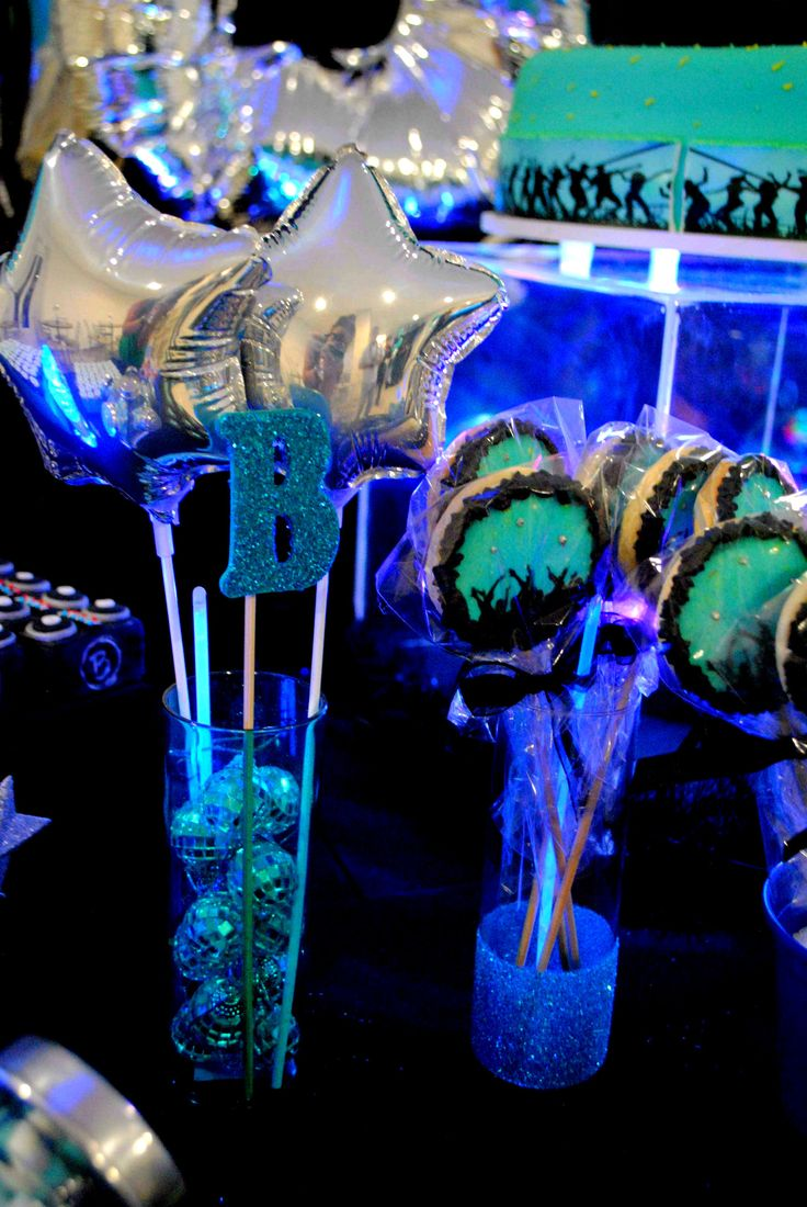 Os pirulitos personalizados foram colocados em vasos de vidro com glitter enquanto balões de estrela metalizados compunham arranjos com mini globos de discoteca e letras B da inicial do aniversariante. Tudo nas cores turquesa e preto nessa festa badala para menino de 10 anos.