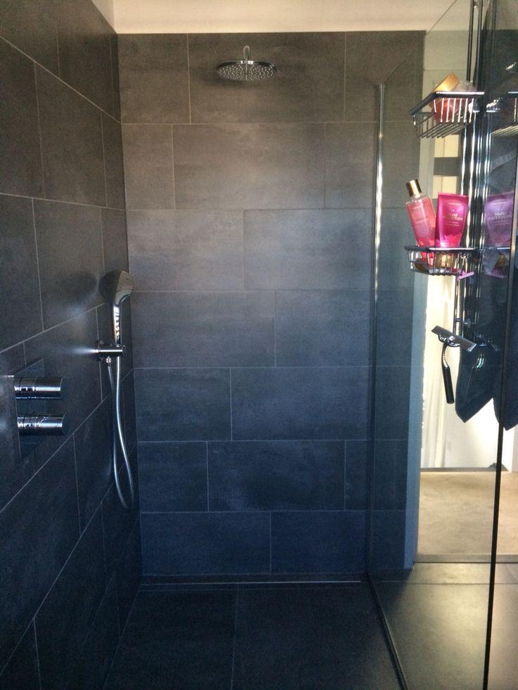 Inloop douche; douche wand 1.30m X 1m breed Grijze beton look tegels in wildverband Stortdouche en handdouche Doucherek met trekker en buitenkant haakjes voor handdoeken