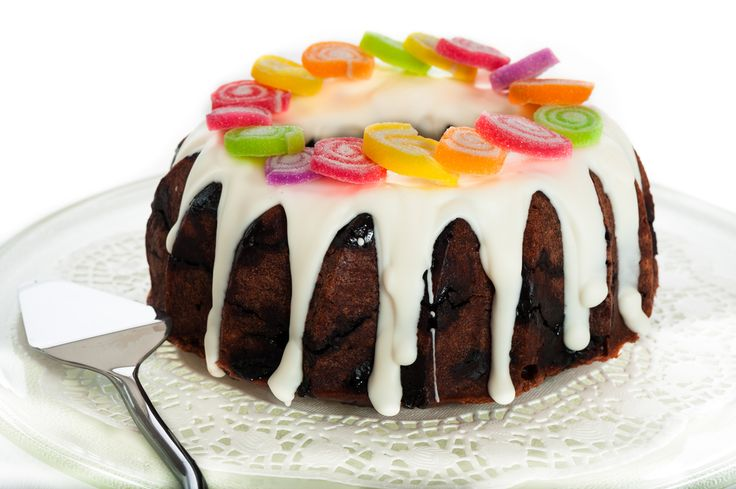 Icing maken voor cupcakes en taart is makkelijk met dit icing recept. Royal icing wordt gebruikt om een mooie en glanzende laag op cupcakes, koekjes of taart aan te brengen. Icing is niet hetzelfde als botercrème of frosting, icing is een dunnere laag die hard wordt en bij het aanbrengen vloeibaar is. Icing wordt ook …