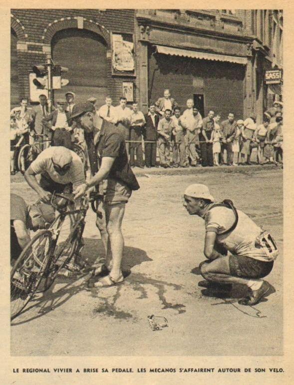 Tour de France 1952. 5^Tappa, 29 giugno. Roubaix > Namur. Il regionale Jacques Vivier (1930) assiste impaziente alla riparazione della sua bicicletta. Accanto a lui per terra il pedale rotto [Le Miroir des Sports. L'Histoire du Tour '52]