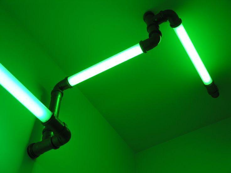 Le système des TUBES ECLAIRANTS ATOMIC par   permet aux utilisateurs de connecter des lampes en un nombre illimité d'agencements de tubes luminescents joints par des raccords polypropylènes peints. La gamme est composée à partir de tubes acryliques opalescents ou transparents, de longueurs 40 cm, 65 cm ou 90 cm. Les programmes d'éclairage, à base de lumière blanche ou de lumière colorée, peuvent être utilisés de façon indépendante ou conjointe pour un effet ingénieux.