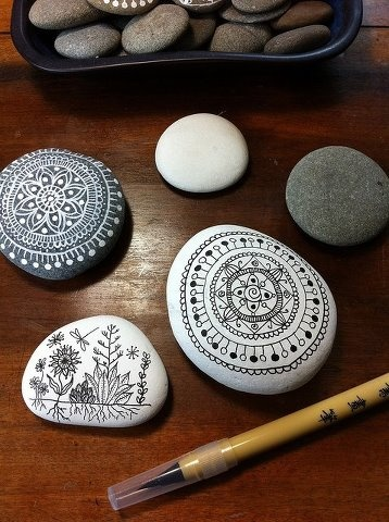 Pebble Drawings by New Zealand artist, Maria of MagaMerlina, who used a Faber-Castille black artist pen on the white pebbles and a Chinese brush pen with white ink on the darker rocks.