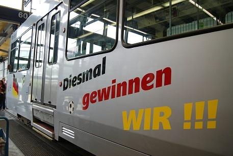 """Zum Halbfinale hat die Rheinbahn deutsche und italienische Flaggen für einen Zug drucken lassen - außerdem noch den Schriftzug """"Diesmal gewinnen wir"""", passend in schwarz-rot-gold. Der Grund dafür: Die Hoffnung auf den Sieg gegen Italien und den Einzug ins Finale."""