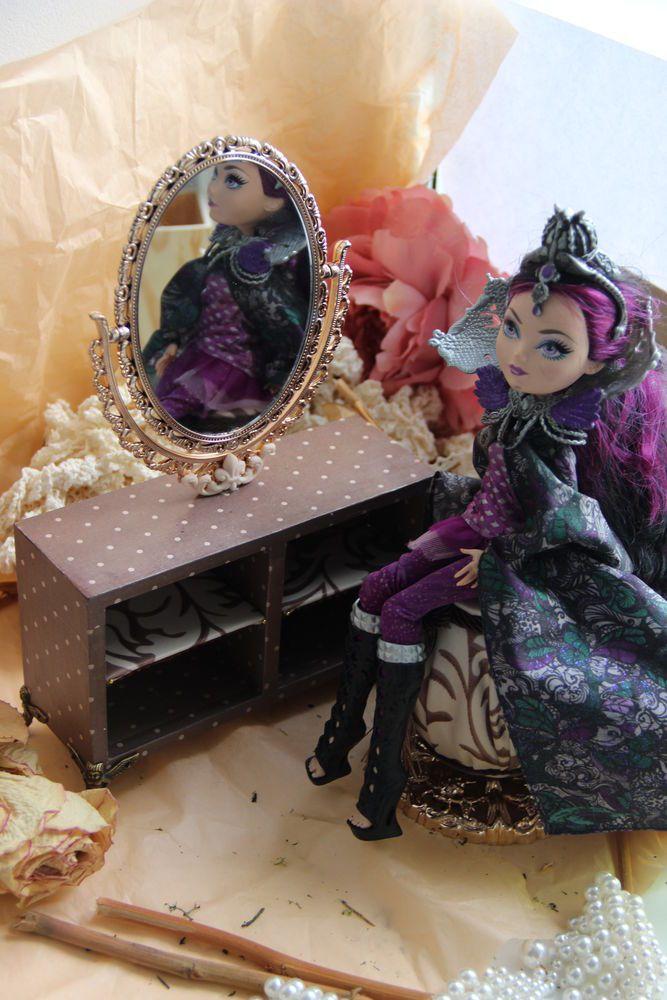 У любимых куколок все должно быть как у нас, людей — и просторный дом с мебелью, и шкаф с красивыми нарядами, просторная кроватка с матрацем и набором постельного белья, и, конечно, туалетный столик, чтобы как настоящий королевский, как у мамы! Куколкам нужно прихорашиваться, как настоящим очаровательным красоткам — расчесать длинные волосы, сделать прическу, одеть украшения и просто — полюбоваться на себя!