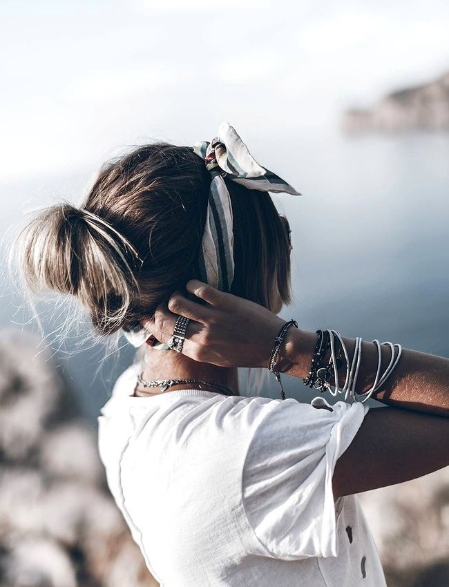 Cet été, on n'oublie pas de se nouer un petit foulard dans les cheveux ! (instagram Jacqueline Mikuta)