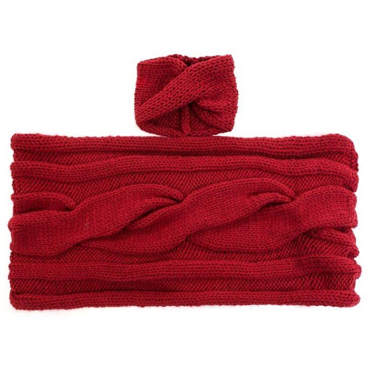 Cuello elaborado artesanalmente a partir de lana sintética tejida a dos agujas formando ochos.