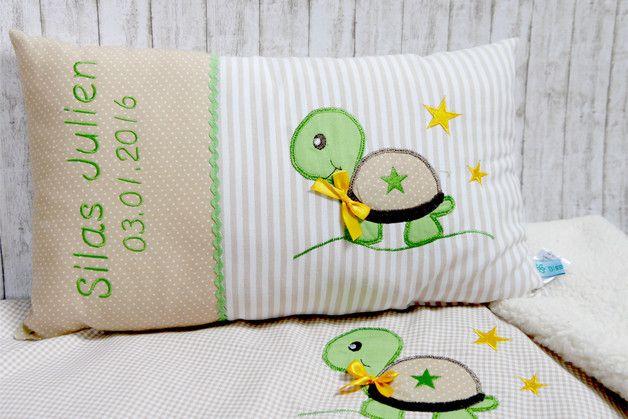 Für alle Sparfüchse unter Euch,  gibt es jetzt die Babydecke und ein Namenskissen im Set besonders günstig.  Hier sind die Decke und das Kissen aus klassischem Vichy-Karo gearbeitet. Die kleine...