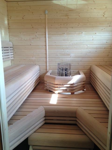 vastalauteilla saunaan mahtuu suurempikin porukka kerralla. Lauteet Lumisauna