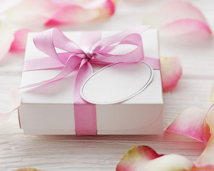 Обои Праздничные Подарки и коробочки, обои для рабочего стола, фотографии праздничные, подарки и коробочки, лепестки, лента Обои для рабочего стола, скачать обои картинки заставки на рабочий стол.